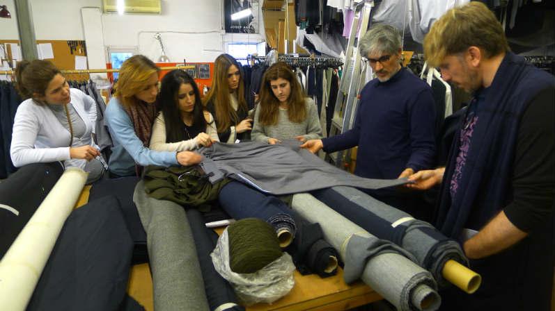 Creanavarra_Visita de los alumnos de Diseño de Moda al estudio de Josep Abril