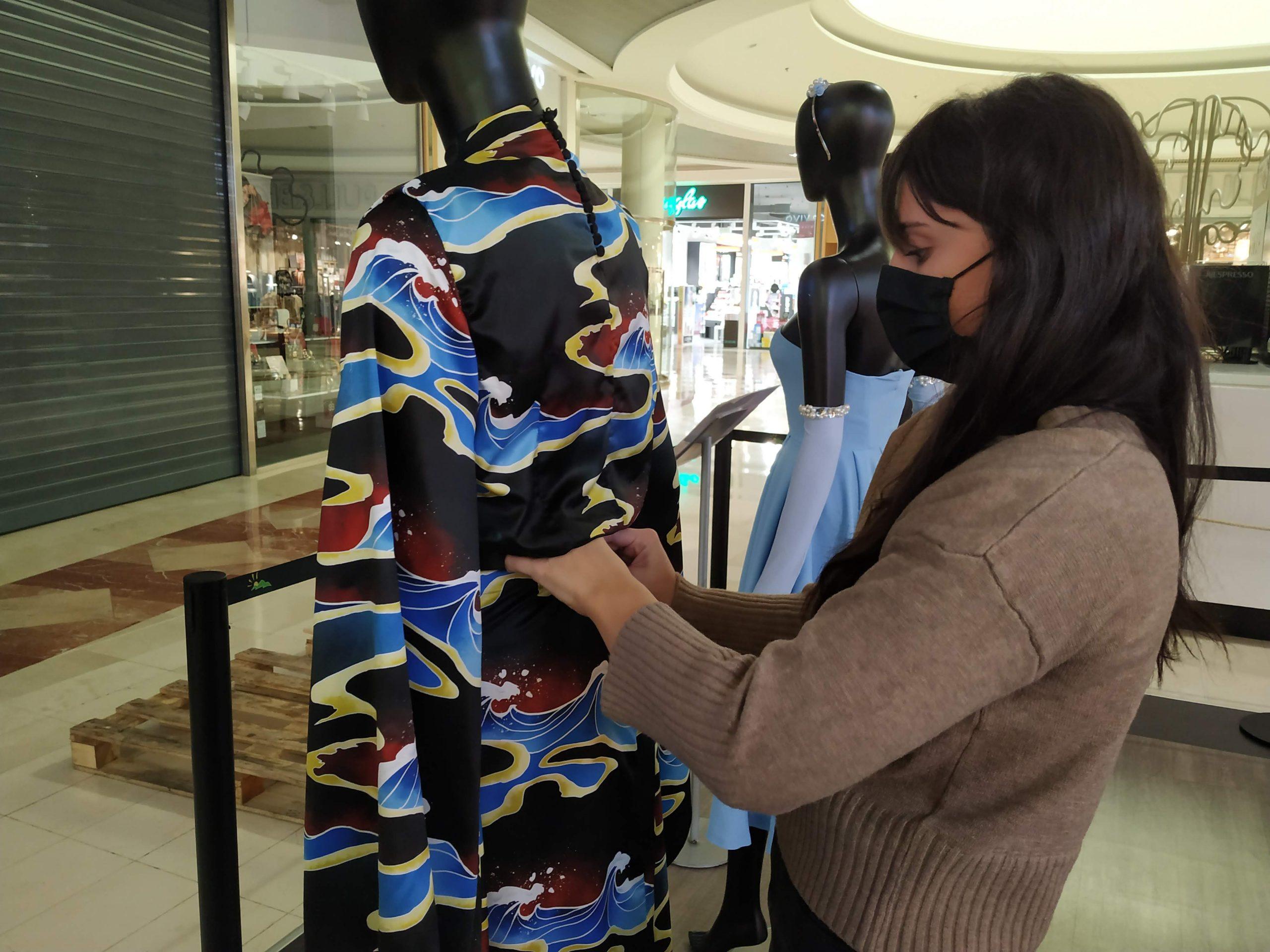 Alumna de Creanavarra montaje exposición La Morea