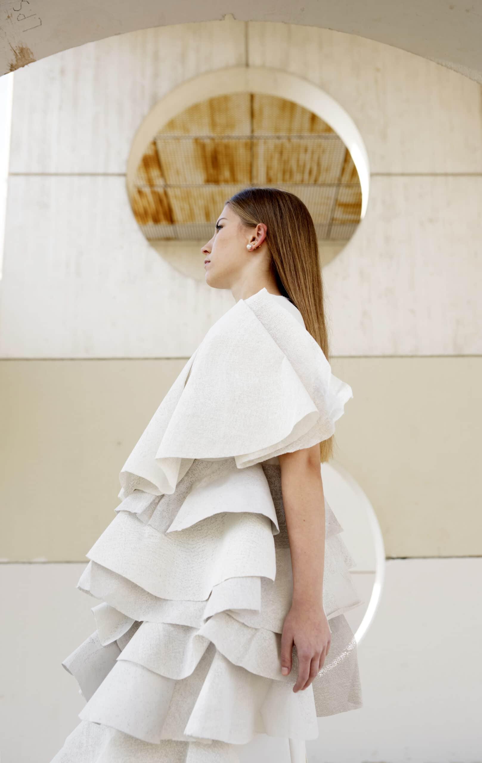 El cemento como material para diseñar prendas por las alumnas de Moda